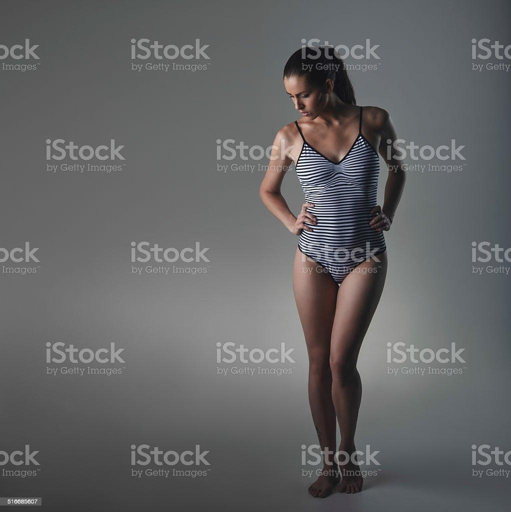 Hermosa mujer en bodystocking mirando hacia abajo - foto de stock
