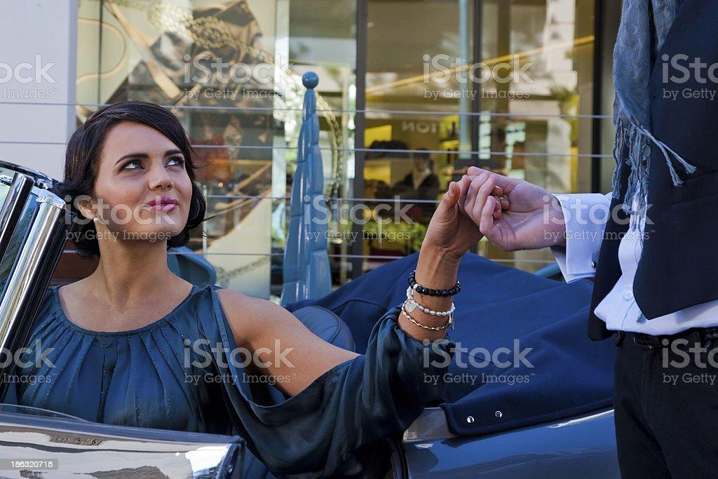 Linda mulher no carro - foto de acervo