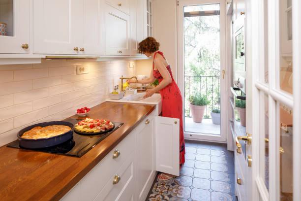 hübsche frau in dekorierte moderne küche. heiße hausgemachte kuchen mit käse, ( gibanica - burek ) schinken, schinken, käse, kuchen bereit zu servieren. - backofenfenster reinigen stock-fotos und bilder