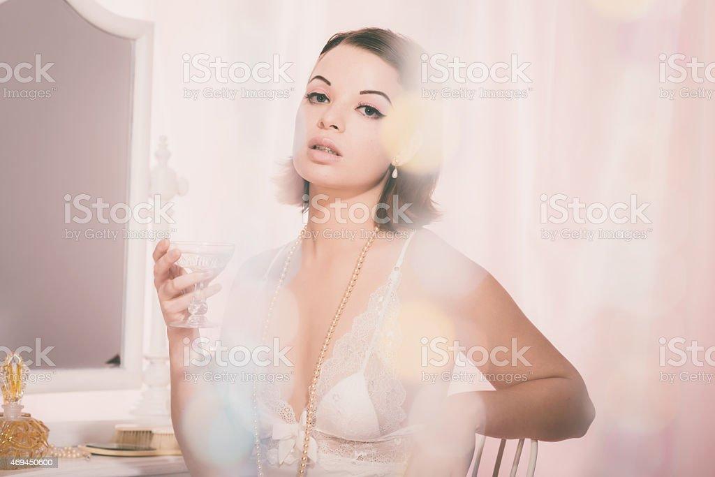 Jolie femme en chemise de nuit en tenant un verre de boisson - Photo
