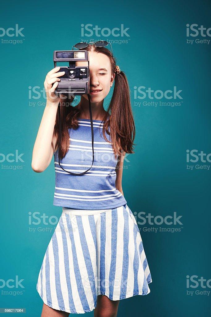 Linda mulher é um fotógrafo profissional com câmera dslr foto royalty-free