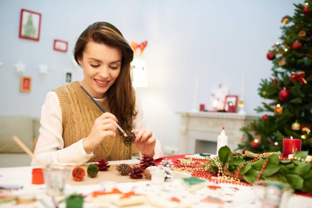 pretty woman making christmas decoration - weihnachtsbilder zum ausmalen stock-fotos und bilder