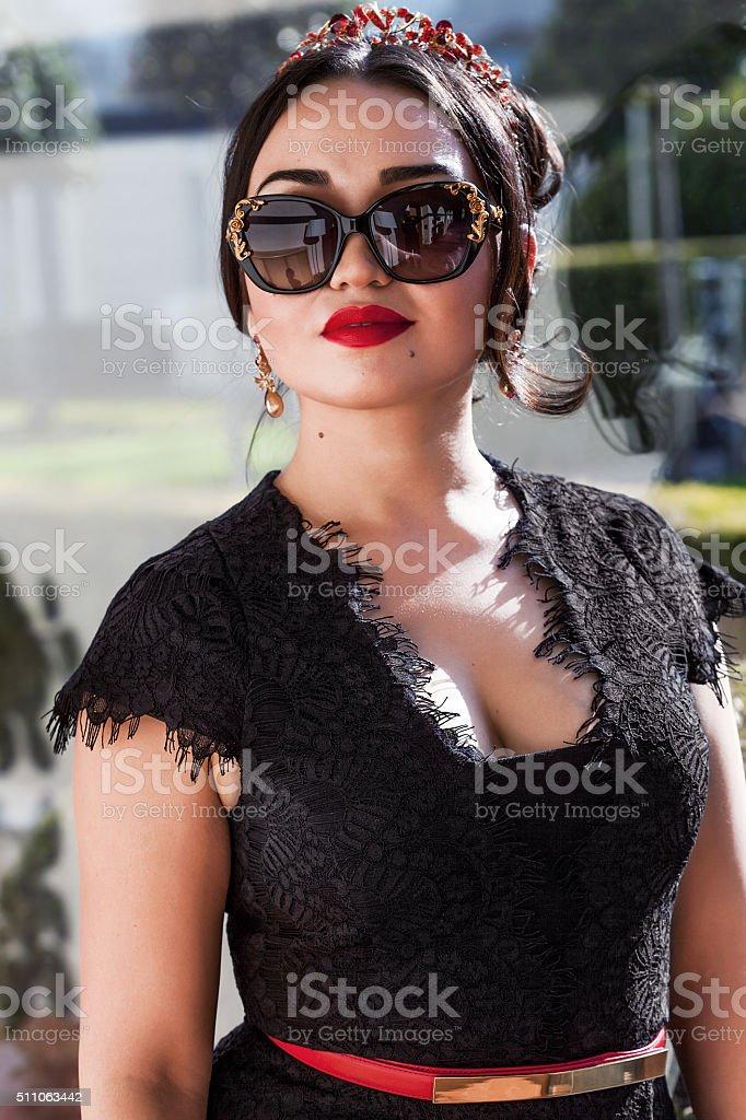 Donna Da Bella Di Indossando Occhiali E Ritratto Rossetto Sole Rosso zLMSpVUGq