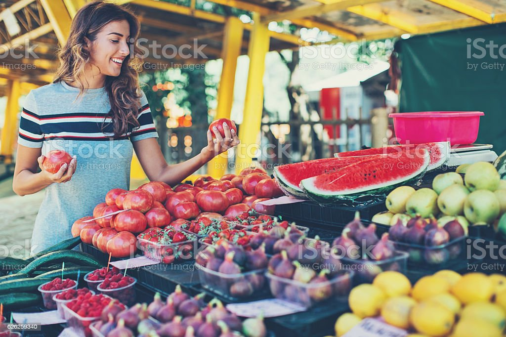 Pretty woman shopping fruits and vegetables – Foto