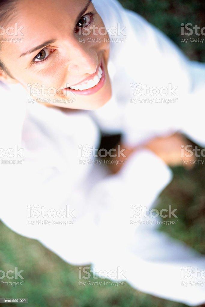 Linda mulher sorrindo para a câmera foto royalty-free
