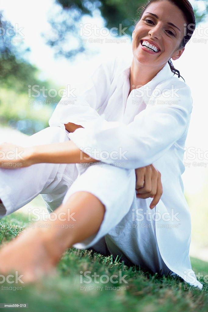 Jolie femme souriant à la caméra photo libre de droits