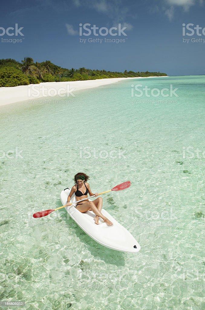 Schöne Frau verwöhnen im Kanu – Foto