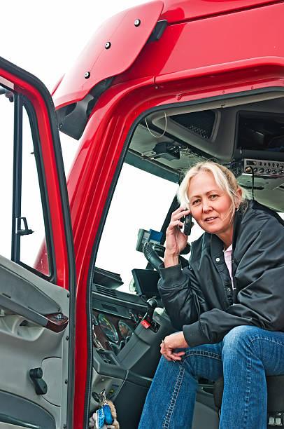 mujer bonita en el teléfono conductor de camión - conductor de autobús fotografías e imágenes de stock
