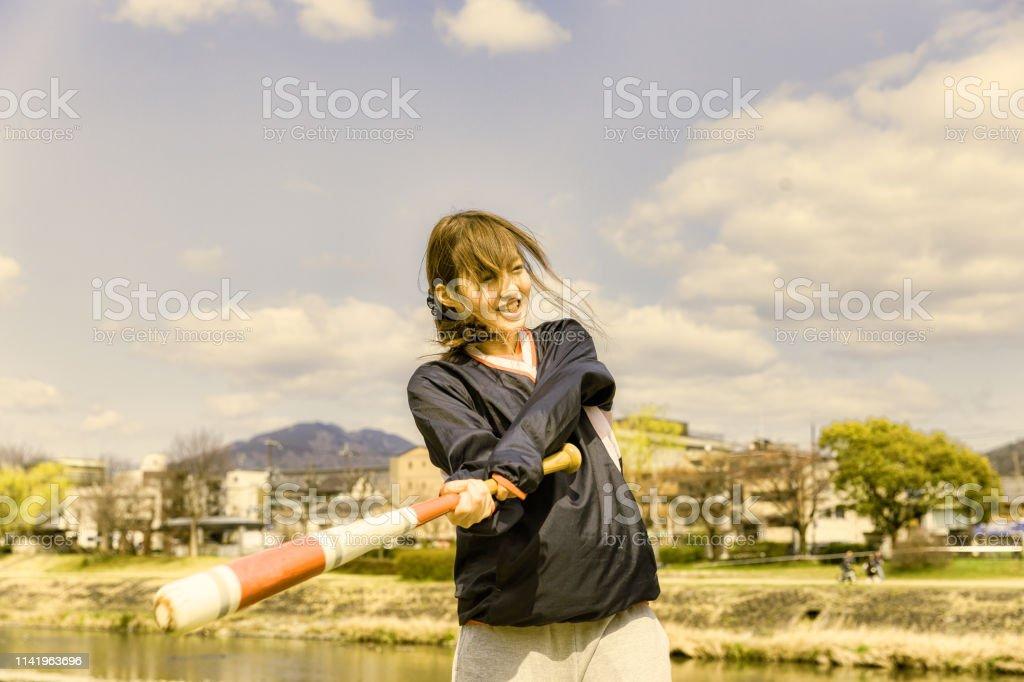 野球バットとかわいい女性 ストックフォト