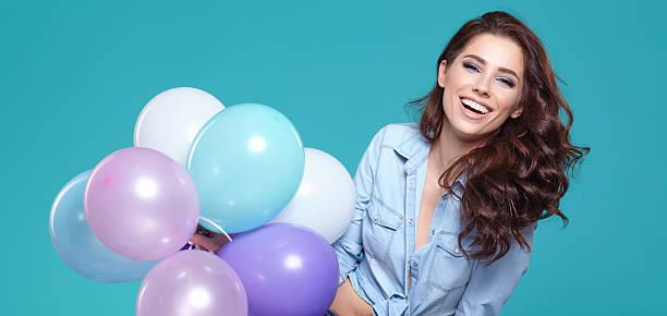 hübsche frau mit bunten luftballons - jugendliche geburtstag geschenke stock-fotos und bilder