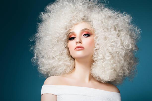 Abartılı saç modeli ile güzel kadın stok fotoğrafı