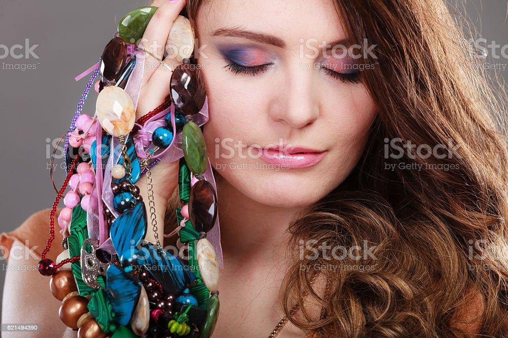 Schöne Frau mit Schmuck-Halsketten ring-Armbänder Lizenzfreies stock-foto