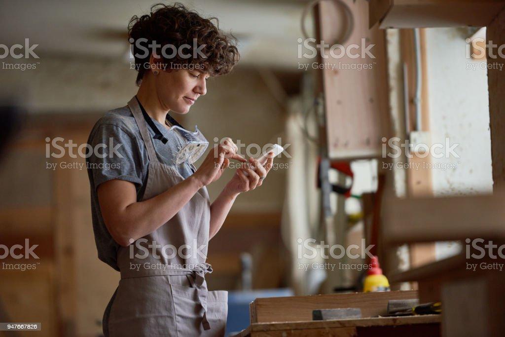 Hübsche Frau, die Arbeit in der Tischlerei – Foto