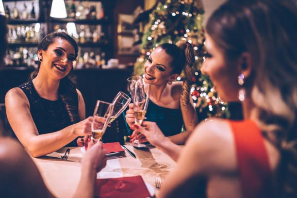 hübsche frauen bei dinner-party - kleid mit verzierung stock-fotos und bilder