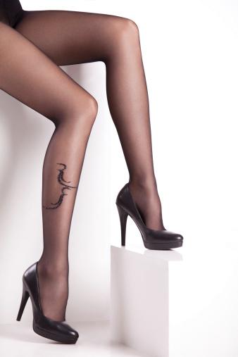 latina schwarze strumpfe und high heels