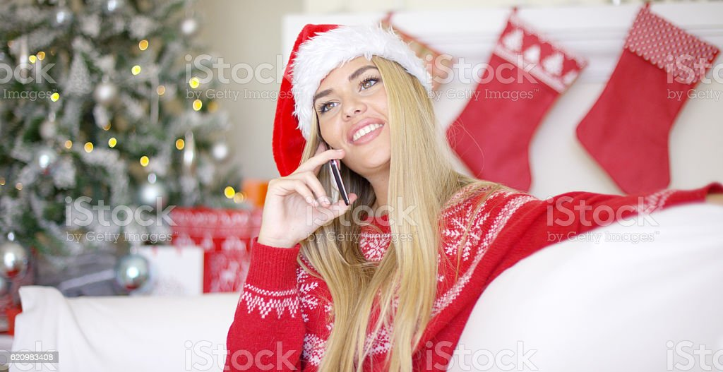 Pretty young blond woman chatting on her mobile phone foto royalty-free