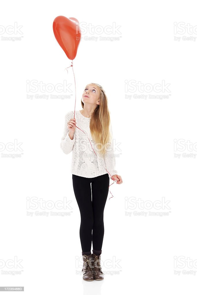 Hermosa Chica sosteniendo un globo en forma de corazón foto de stock libre de derechos