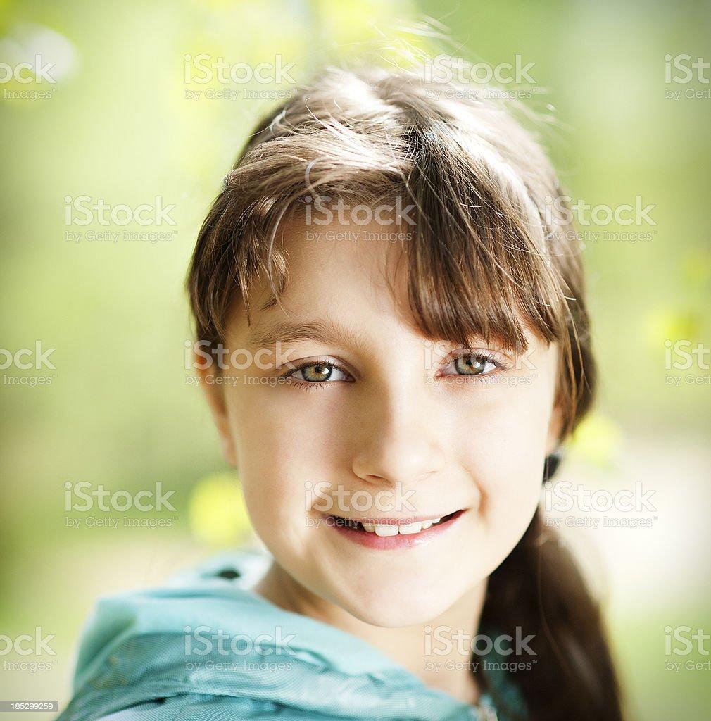 Hübsche Junge Mädchen Blick In Die Kamera Stock Fotografie Und Mehr