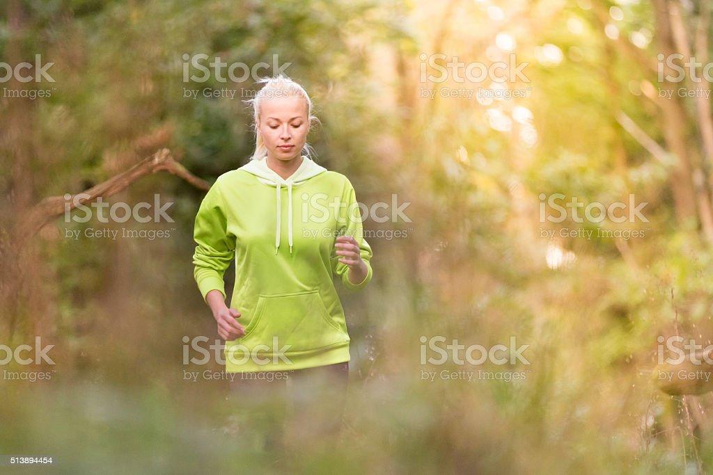 Hübsche Junge Mädchen-Läufer in den Wald. Lizenzfreies stock-foto