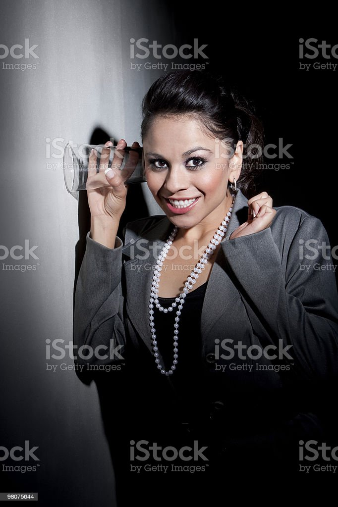 뽀샤시 젊은 히스패닉계 여성인 유리 엿듣기 사용하여 royalty-free 스톡 사진