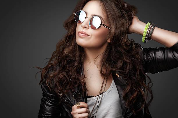 schöne junge stilvolle mädchen in lederjacke und runde sonnenbrille - haarschnitt rundes gesicht stock-fotos und bilder