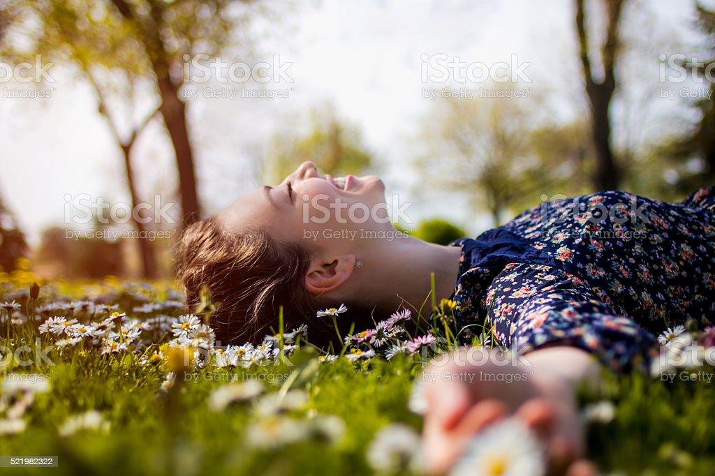 Hermosa joven Chica adolescente relajarse en una hierba foto de stock libre de derechos