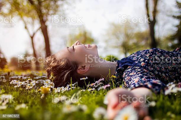 Hübsche Junge Teenagermädchen Entspannenden Auf Dem Rasen Stockfoto und mehr Bilder von Achtlos