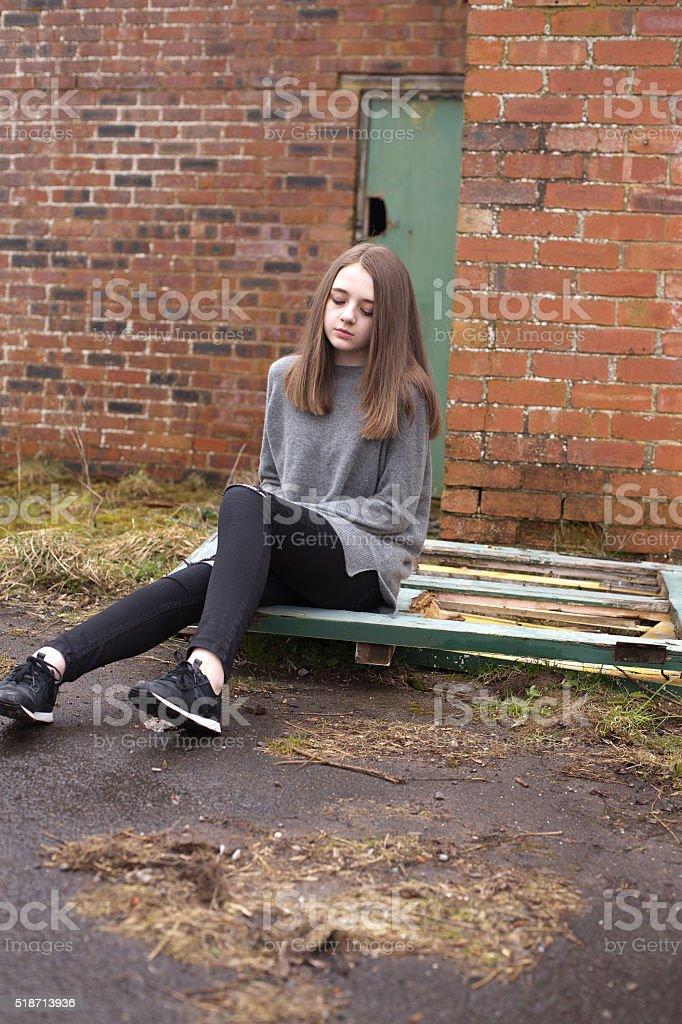 h bsche junge teenagerm dchen sitzen vor einem verlassene geb ude stockfoto istock. Black Bedroom Furniture Sets. Home Design Ideas