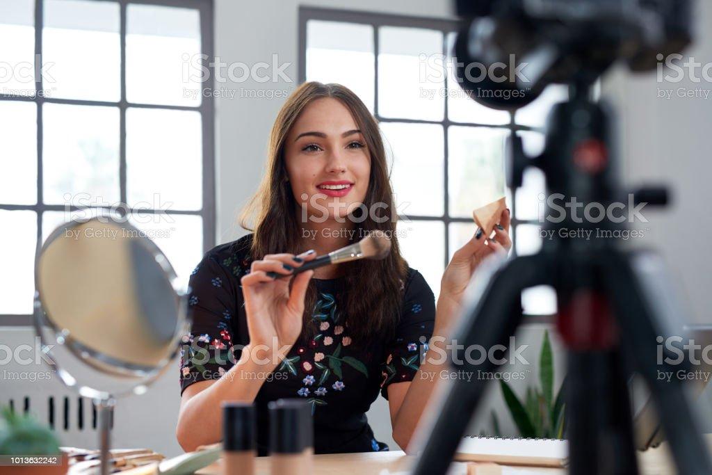 Hübsche junge vloggerin Aufnahme Make-up tutorial – Foto