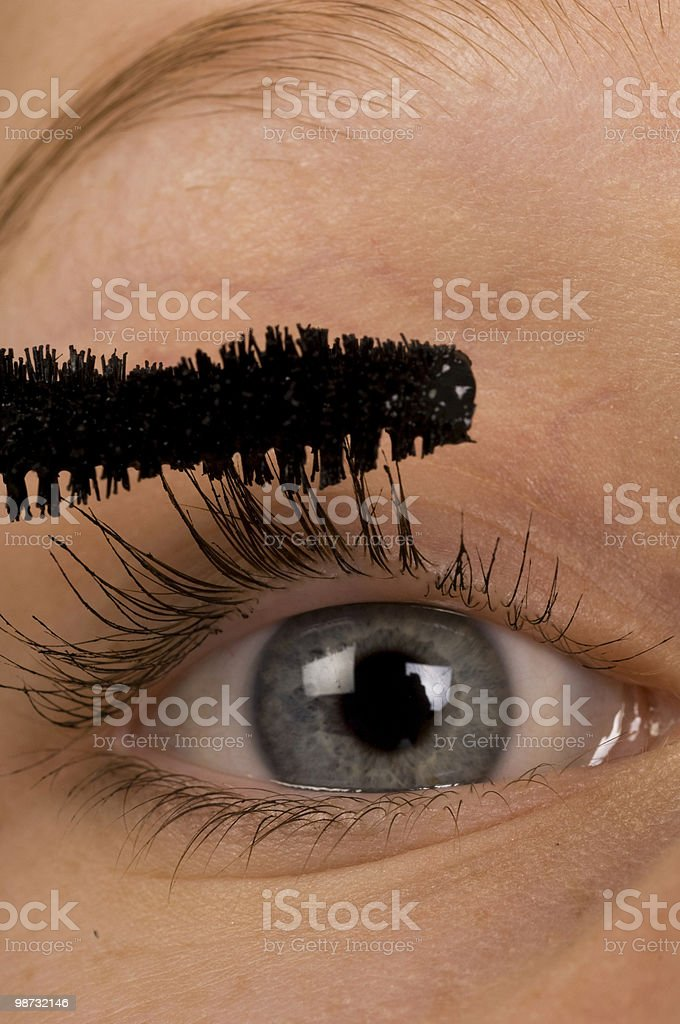 Pretty young woman applying mascara royalty free stockfoto