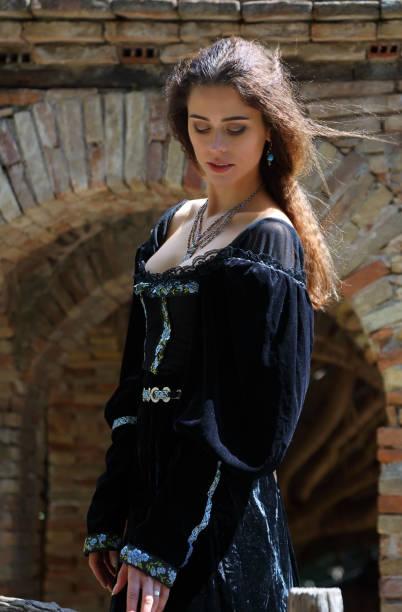 hübsche junge frau im mittelalterlichen kleid - hofkleider stock-fotos und bilder