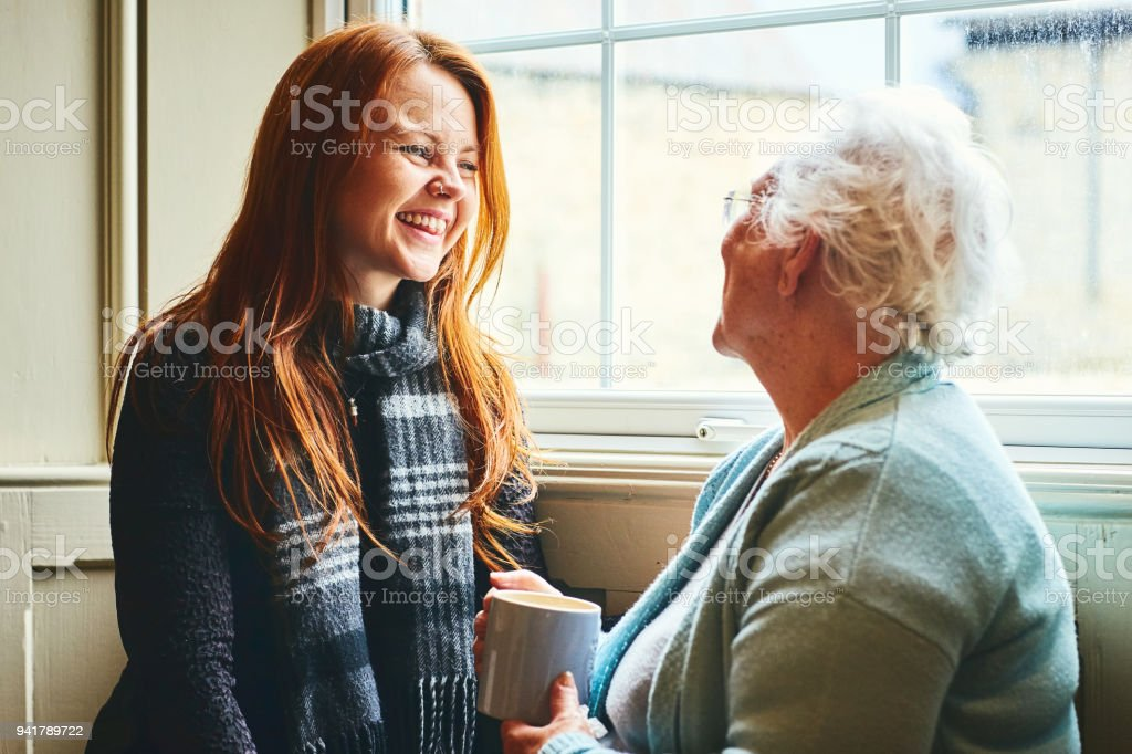 Hübsche junge Frau im Gespräch mit der Mutter – Foto