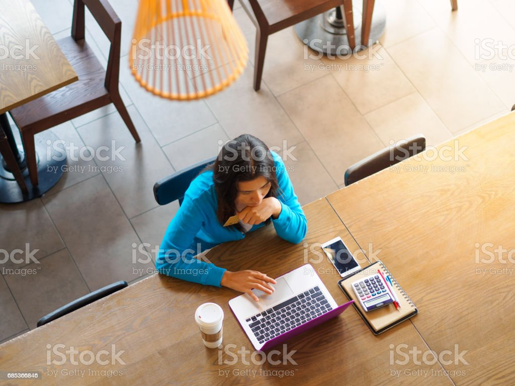 Pretty Young woman using laptop computer. Female working on laptop in an indoor cafe. foto de stock royalty-free