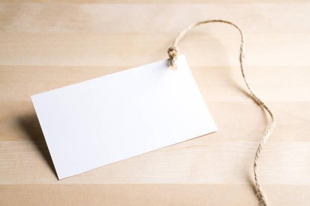 Etiqueta de preço na mesa de madeira. Presente de aniversário ou etiqueta de papel de presente de Natal. - foto de acervo