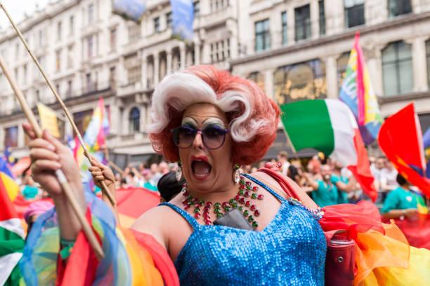 pride in londen 2017 - drag queen stockfoto's en -beelden