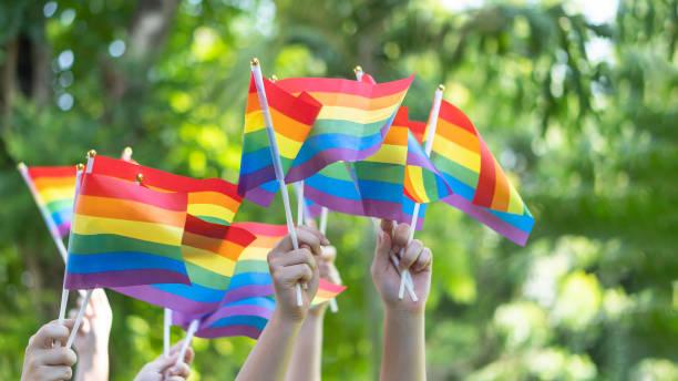 6月のレズビアン、ゲイ、バイセクシュアル、トランスジェンダーの人々の人権社会的平等運動のための虹の旗を持つlgbtプライドまたはゲイプライド - lgbtqi  ストックフォトと画像