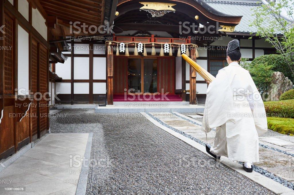 Priester in Inari Schrein – Foto