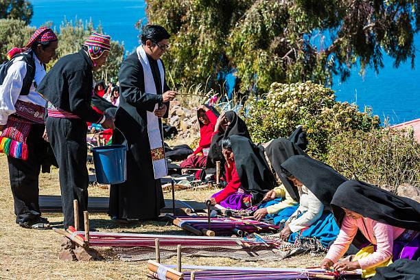 司祭ブレッシング女性織物は、プーノペルー - タキーレ島 ストックフォトと画像