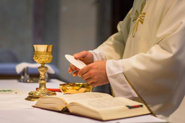 padre, durante uma cerimônia de casamento/núpcias em massa - padre - fotografias e filmes do acervo