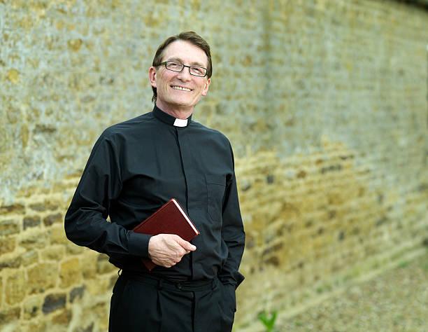 Priester holding Bibel – Foto