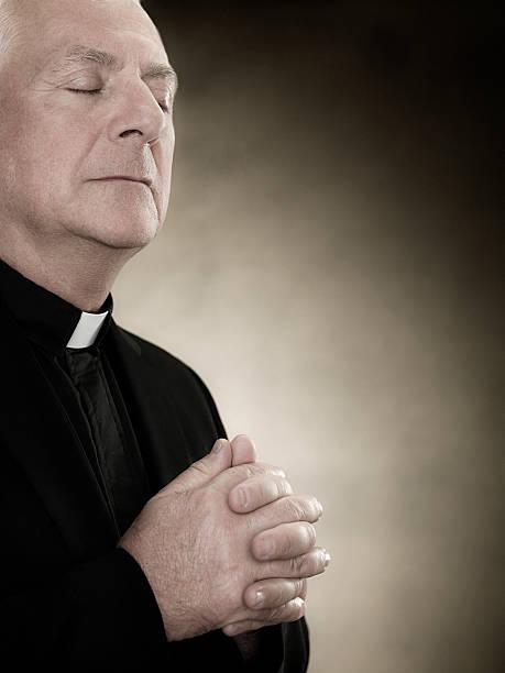um padre orar - padre - fotografias e filmes do acervo