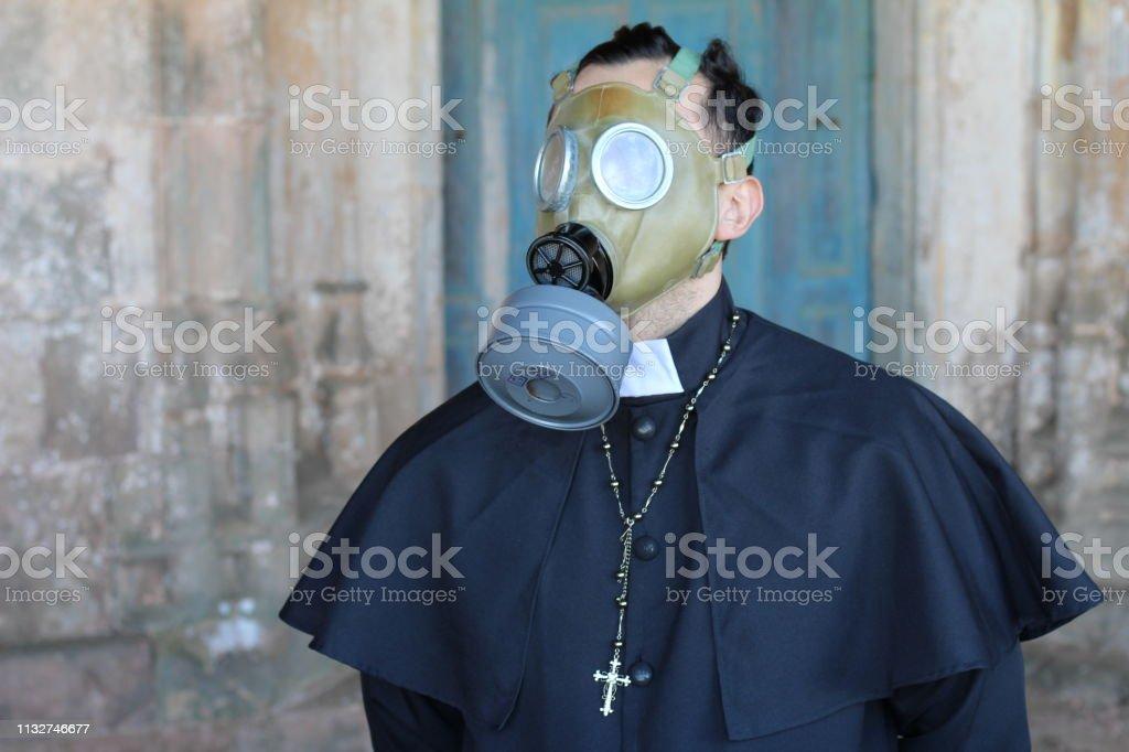 Padre que desgasta uma máscara de gás - foto de acervo
