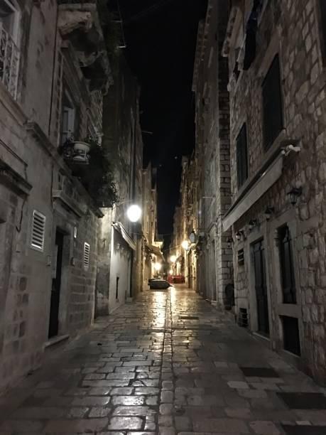 夜、ドゥブロヴニク、クロアチアのドブロブニク旧市街の Prijeko 通り ストックフォト
