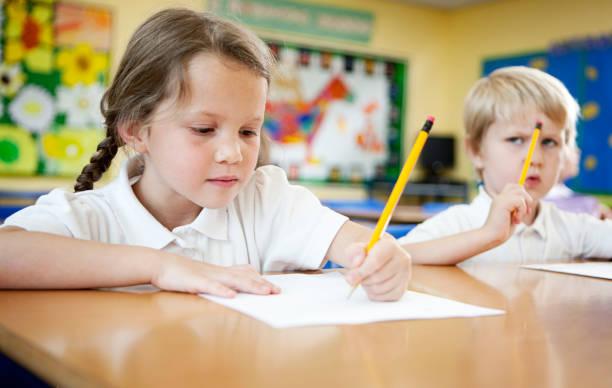 primary school: Kinder, die Hausaufgaben konzentriert. – Foto
