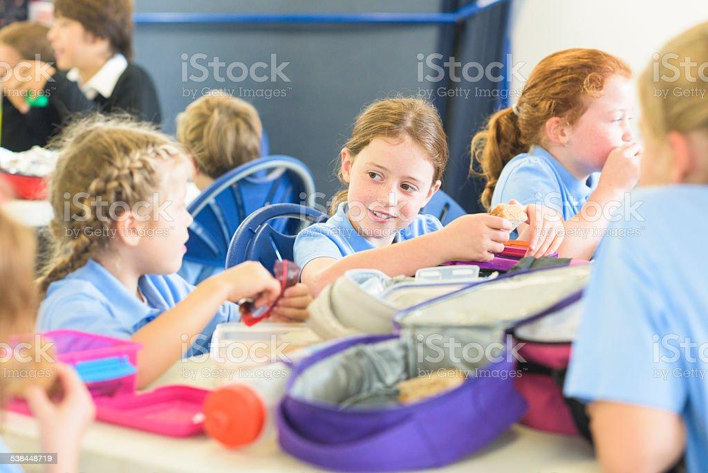 Enfants mangeant le déjeuner à l'école primaire - Photo