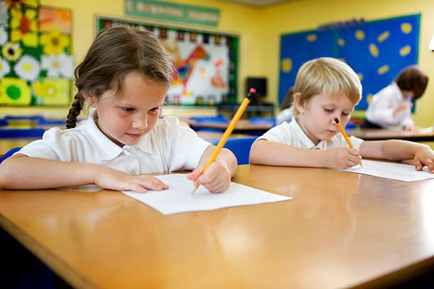 école primaire: travail dur - gaucher photos et images de collection