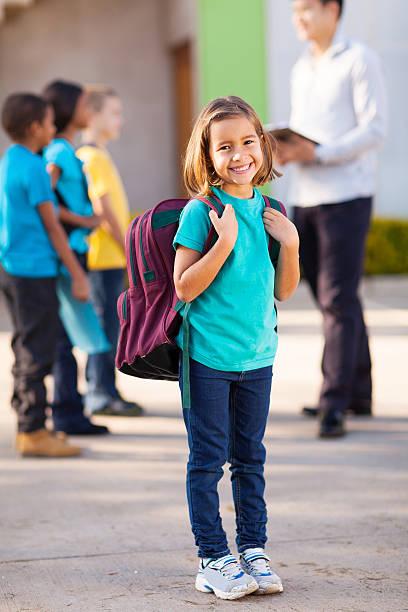 grundschule schüler tragen rucksack - liebeskind umhängetasche stock-fotos und bilder