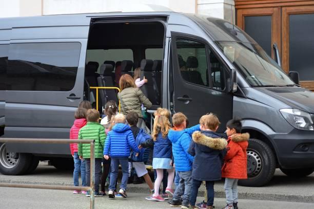 Grundschüler und Schulbus – Foto