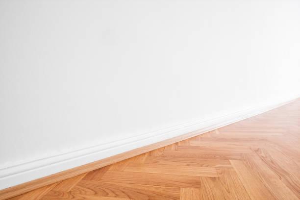 grundiert, weiße Wand und Holzparkett - Wohnung innen Hintergrund – Foto