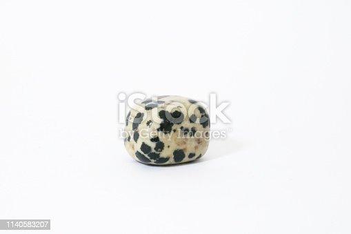 Diaspro dalmata, primo piano di una pietra preziosa con lo sfondo bianco, oggetti da collezione